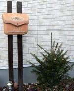 郵便ポストとモミの木
